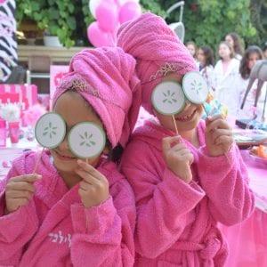 ספא בלאלילנד - חלוק רחצה מפנק ואיכותי, גיגית סטרילית לרגליים לכל הבנות