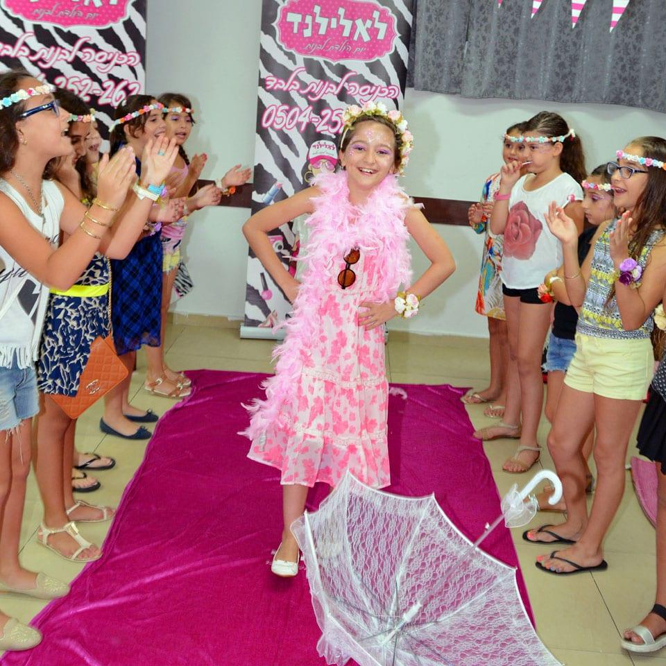 תצוגת אופנה - יום הולדת של ילדת הפרחים