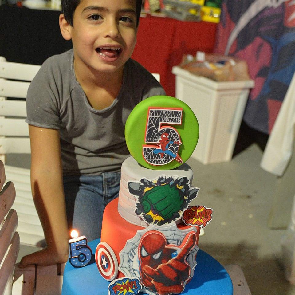 יום הולדת גיבורי על טקס עוגה לאלילנד
