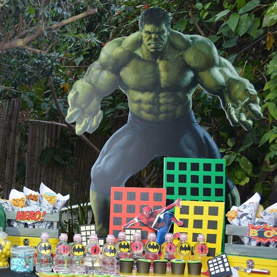 יום הולדת גיבורי על שולחן מעוצב לאלילנד