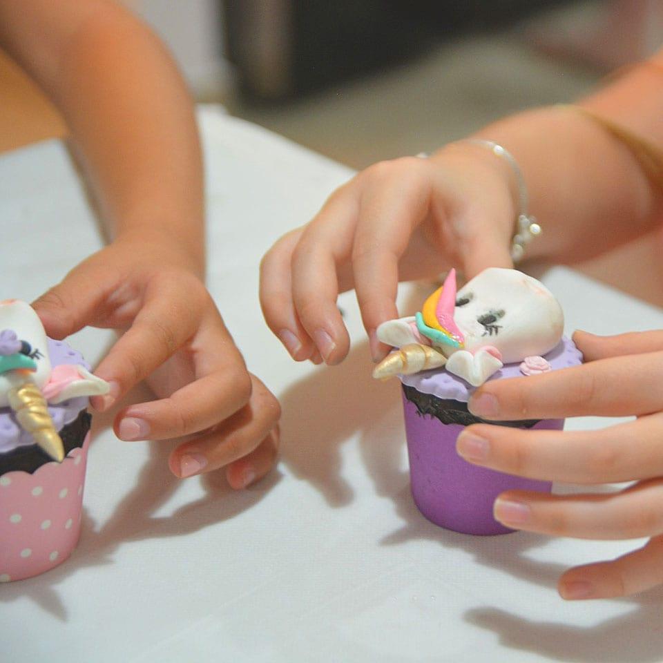 יום הולדת עיצוב בצק סוכר לאלילנד קאפקייקס
