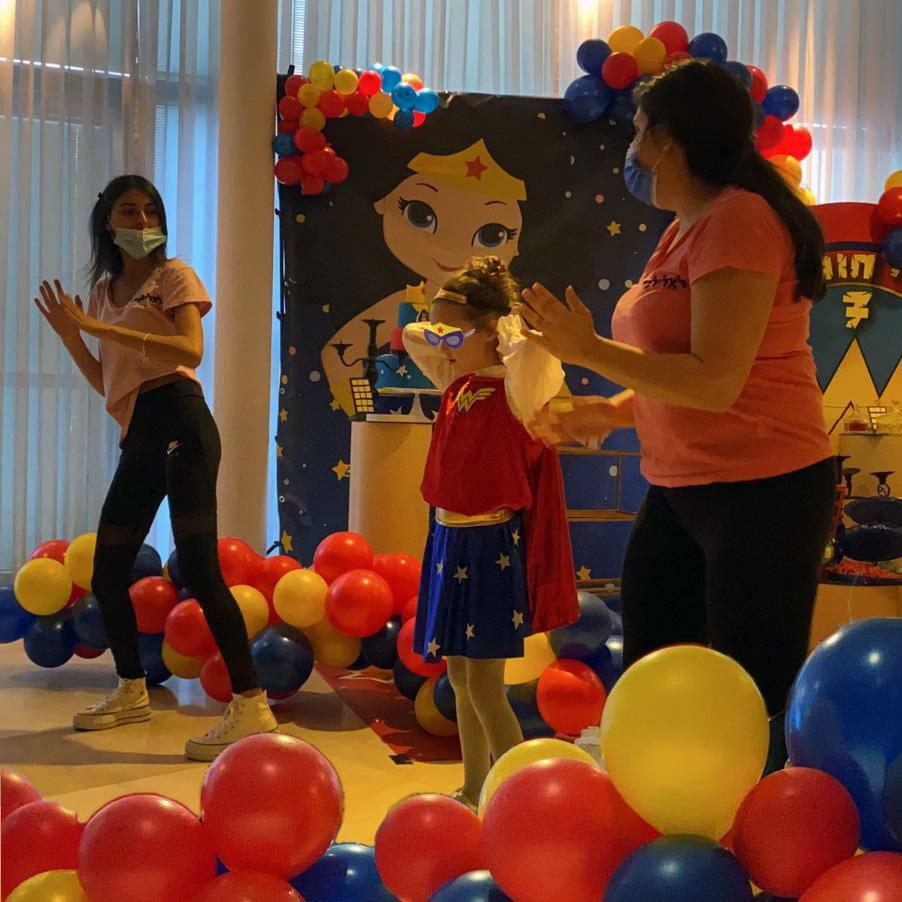יום הולדת וונדר וומן ריקודים לאלילנד